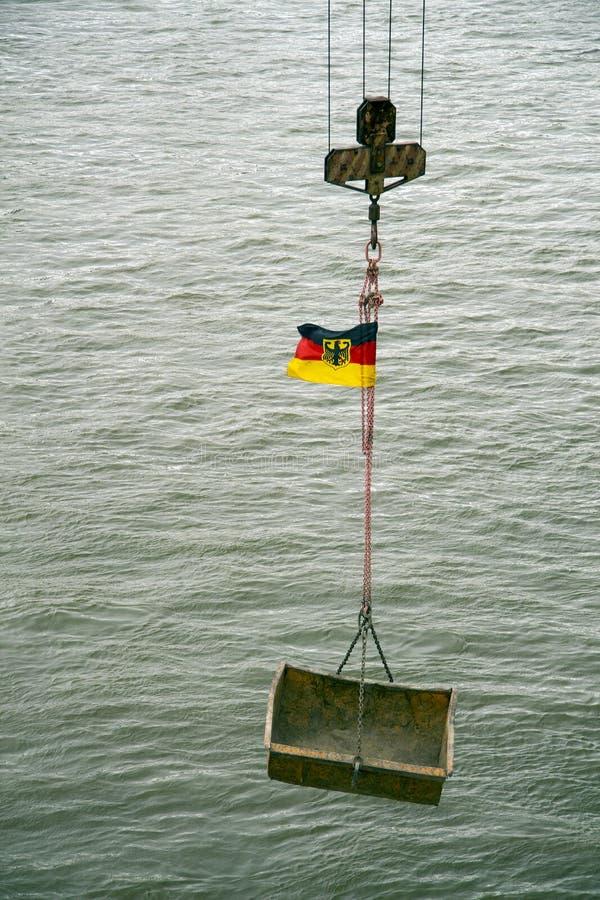 Der Kabelkran mit Flagge von Deutschland stockfoto