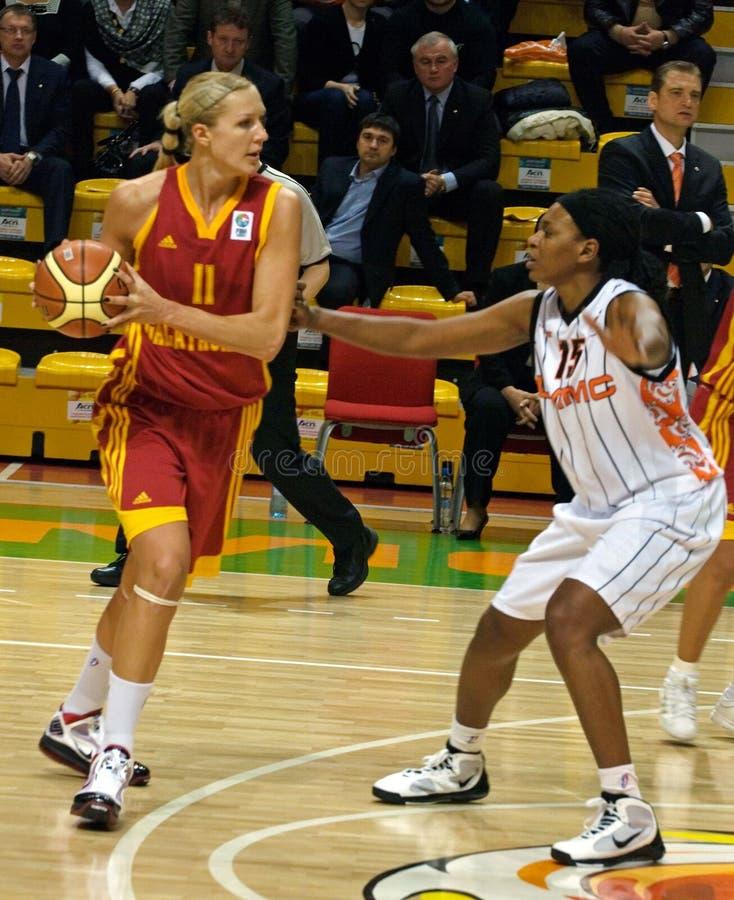 Der Kampf für die Kugel. Euroleague 2009-2010. stockbild