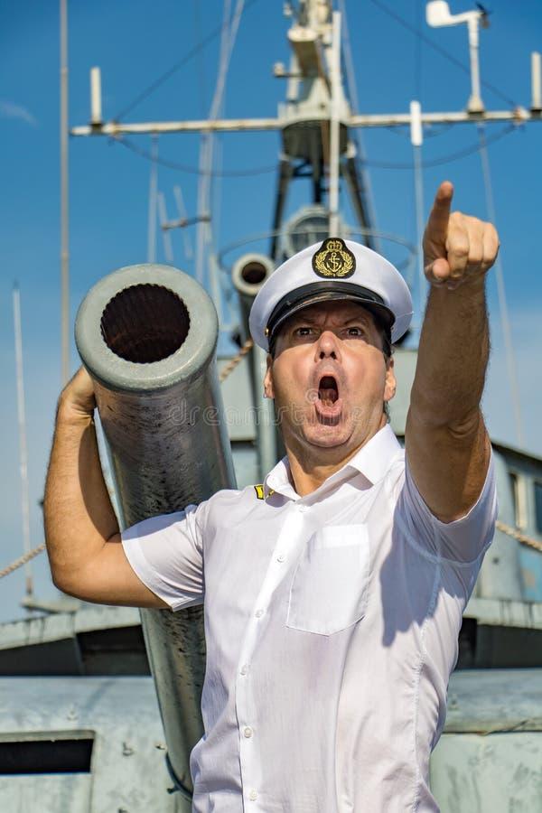 Der Kapitän gibt einen Befehl aus der Kanone eines Schiffes heraus lizenzfreies stockfoto