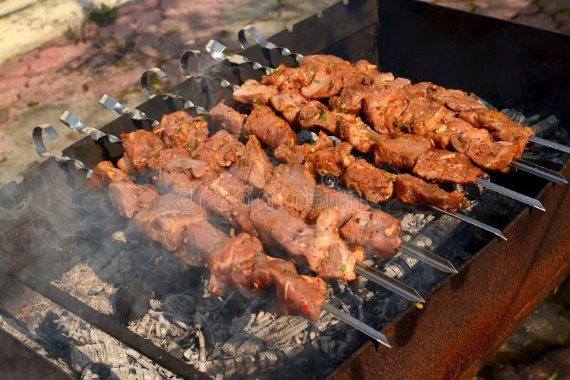 Der Kebab wird auf einem Messingarbeiter gebraten lizenzfreies stockbild