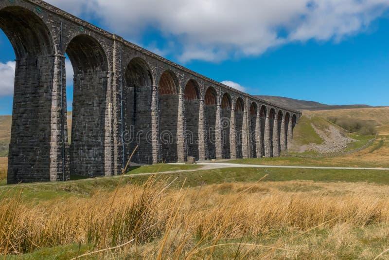 Der Kehren ausgezeichnete Ribblehead-Viadukt steht über dem Ribble-Tal hoch und trägt die Bank zu Carlise-Eisenbahn lizenzfreies stockfoto