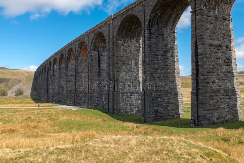 Der Kehren majestätische Ribblehead-Viadukt steht über dem Ribble-Tal, Yorkshire, England hoch, welches die Bank zu trägt stockfotos