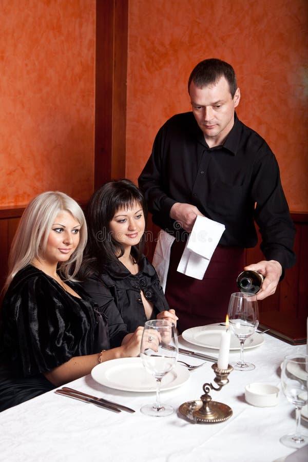 Der Kellner gießt Wein in das Glas. lizenzfreie stockfotografie