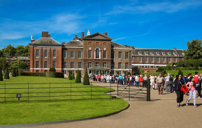 Der Kensington-Palast in Hyde Park Ansicht am sonnigen Tag mit vielen Leuten, die im Park gehen und stillstehen lizenzfreies stockbild