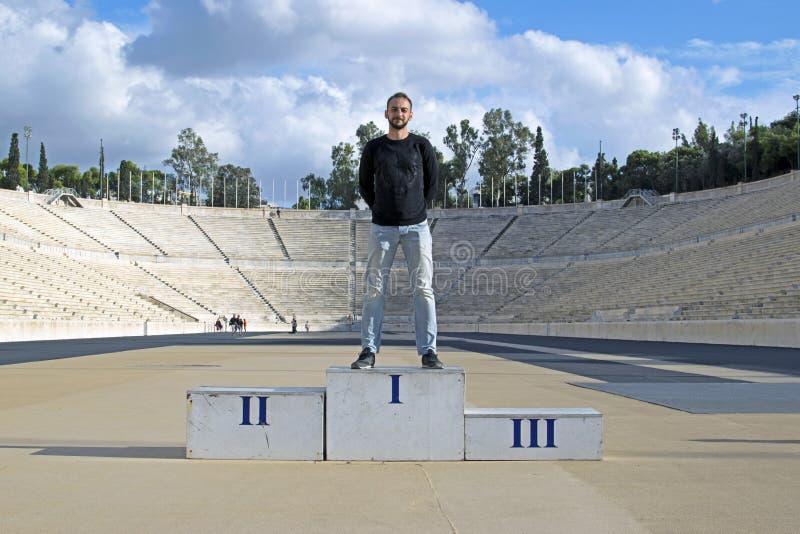 Der Kerl auf dem Podium des Olympiastadions Panathinaikos, Athen, Griechenland stockfotografie