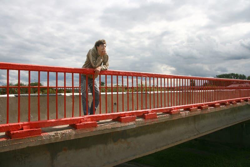 Der Kerl auf der Brücke. stockfoto