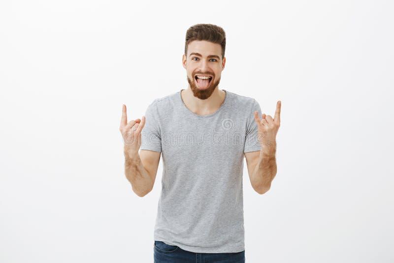 Der Kerl, der auf Partei schaukelt, holt positive Schwingungen Sorgloser überraschter und glücklicher kaukasischer hübscher chari lizenzfreies stockbild
