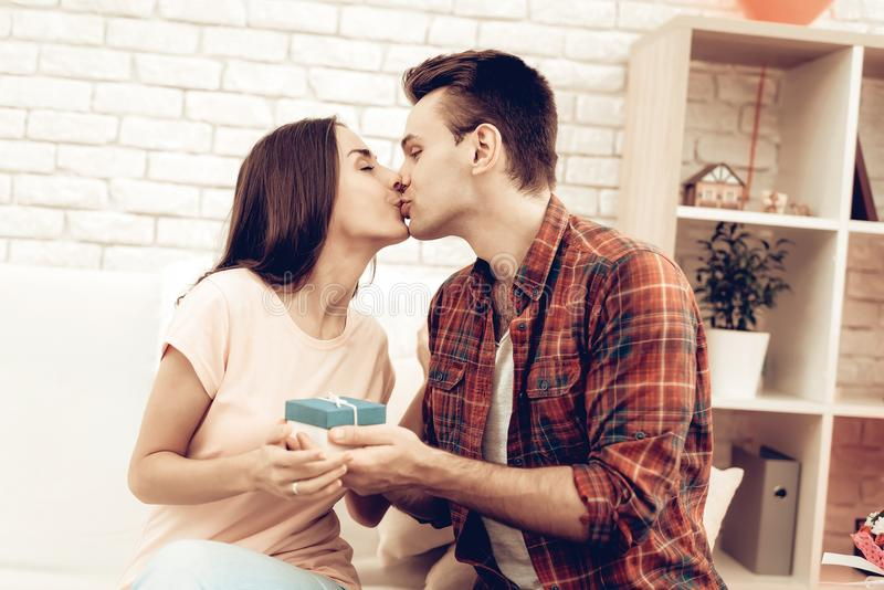 Der Kerl macht seiner Freundin ein Geschenk an Valentinsgruß ` s Tag lizenzfreies stockbild