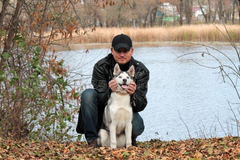 Der Kerl mit dem Hund lizenzfreies stockfoto