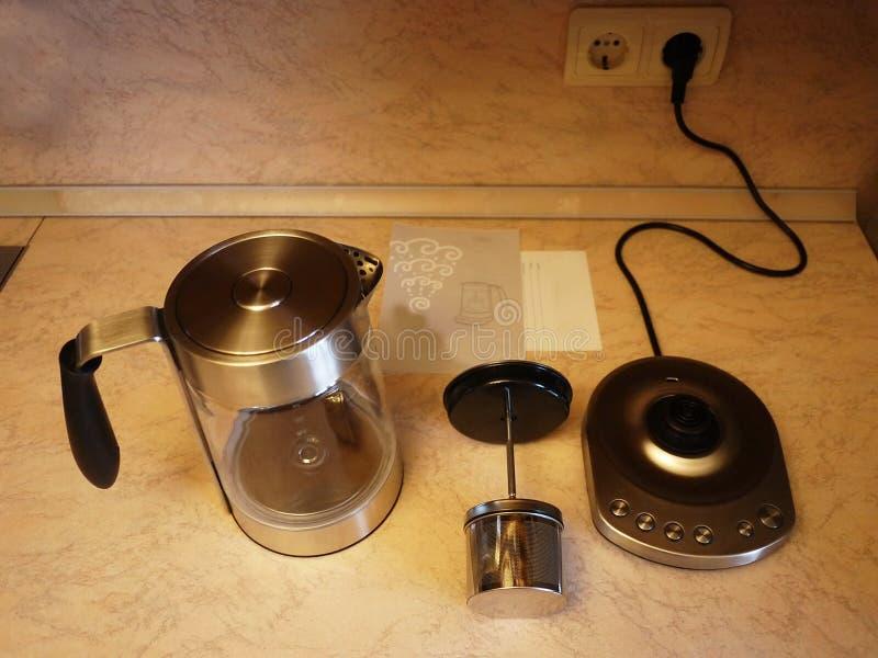 Der Kessel in der Küche Schöne Tabelle mit Brötchen und heißem Tee Details und Nahaufnahme stockbild