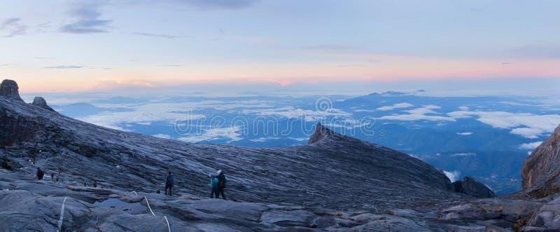 Der Kinabalu-Bergspitze-Sonnenaufgang-Panorama-Ansicht lizenzfreies stockbild