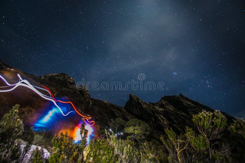 Der Kinabalu mit heller Spur, nächtlichem Himmel und Sternen stockbild