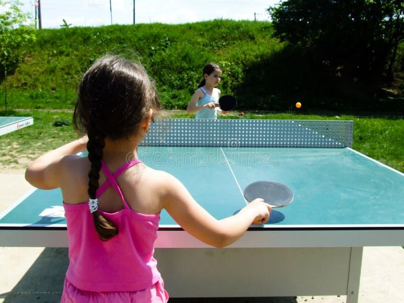 Der Kinder erlernen, Ping-pong zu spielen lizenzfreie stockbilder