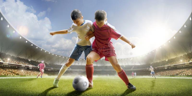 Der Kinder spielen Fußball auf großartiger Arena stockfotos