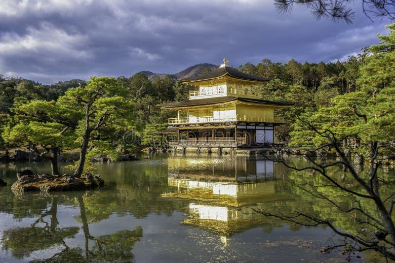 Der Kinkakuji-Tempel mit einem schönen Zenartteich und -wald stockbild