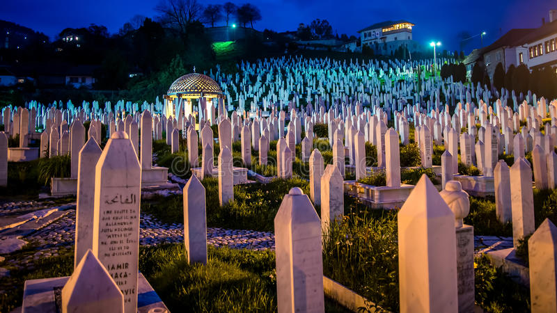 Der Kirchhof auf dem Hügel für Leute starb im bosnischen Krieg in Sarajevo, Bosnien lizenzfreie stockfotografie