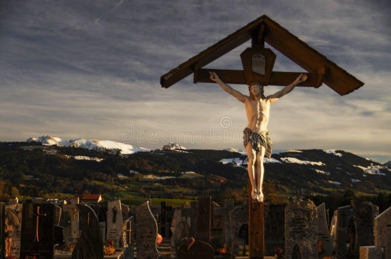 Der Kirchhof in den Alpen lizenzfreie stockbilder