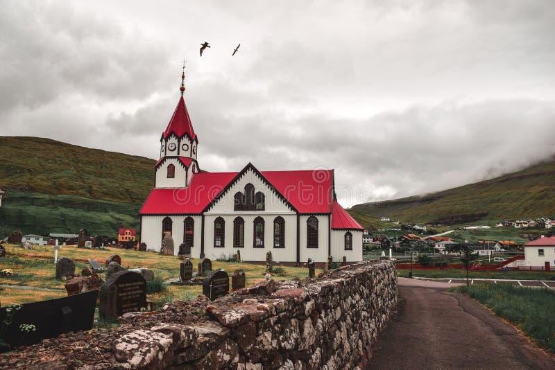 Der Kirchhof an der Kirche in Sandavagur stockfotografie