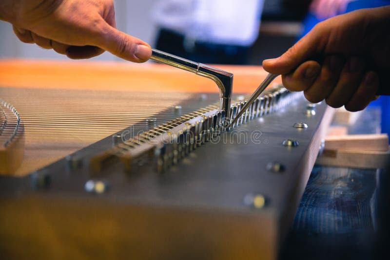 An der Klavierwerkstatt lizenzfreies stockbild