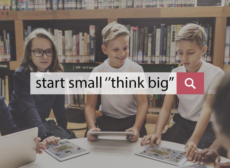Der kleine Anfang denken großes Starttraumaspirations-Konzept lizenzfreie stockbilder