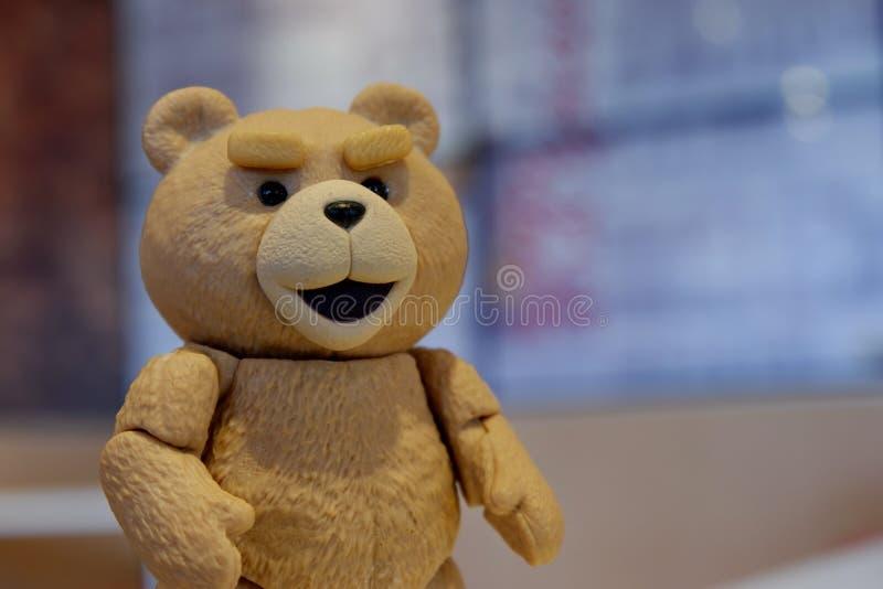 Der kleine Bär betrachtet Ihr Gesicht lizenzfreie stockbilder