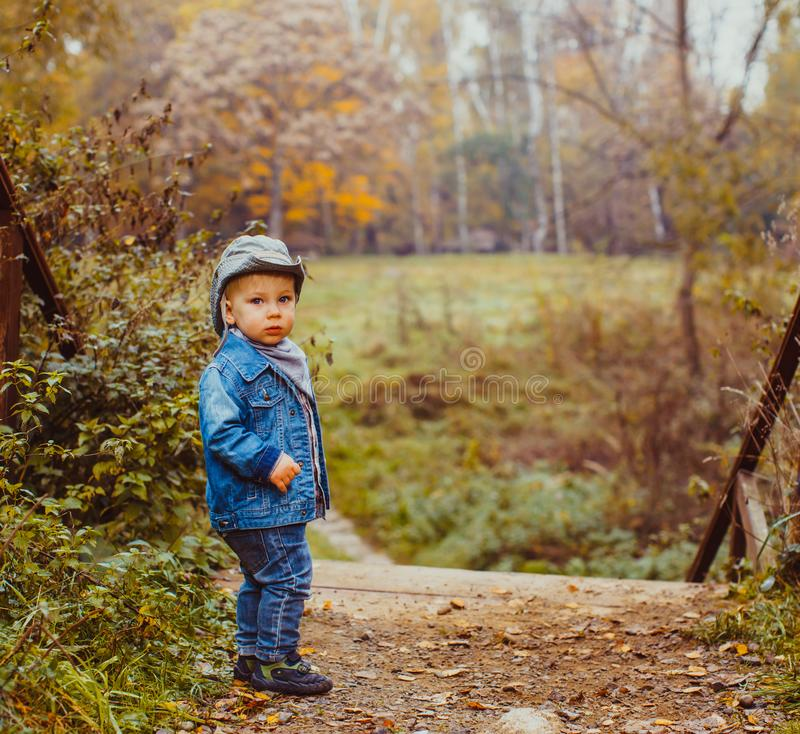 Der kleine Cowboy im Herbstpark lizenzfreie stockbilder