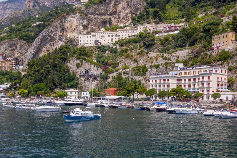 Der kleine Hafen von Positano-Dorf mit bunten Häusern, gelegen auf dem Felsen, Amalfi-Küste, Italien lizenzfreies stockbild