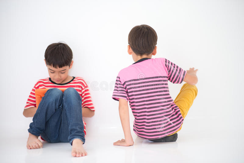 Der kleine Junge, der Tablette spielen und andere möchten mit Jungen keine Aufmerksamkeit spielen stockbilder
