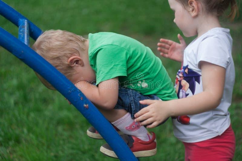 Der kleine Junge ist umgekippt Er fiel auf dem Geschoß aus lizenzfreie stockfotografie
