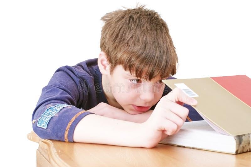 Der kleine Junge las ein Buch lizenzfreie stockbilder
