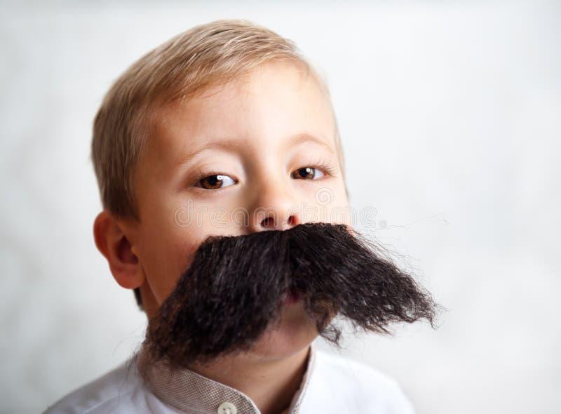 Junge mit einem großen Schnurrbart stockfotografie