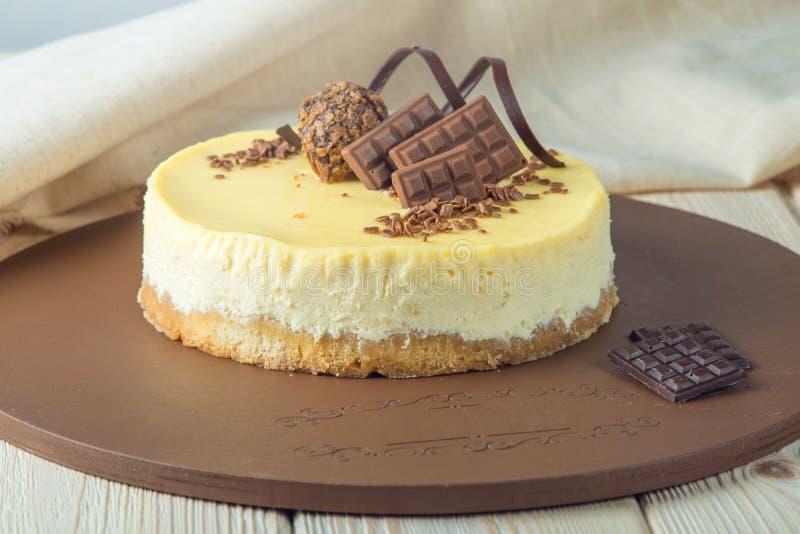 Der kleine runde Vanillekäsekuchen, der mit Schokolade verziert werden und die Trüffel übersteigen lizenzfreies stockbild