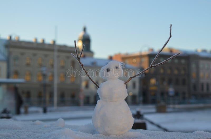 Der kleine Schneemann lizenzfreie stockfotos
