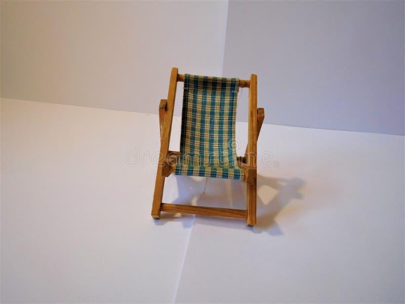 Der kleine Stuhl auf weißem Hintergrund stockbild