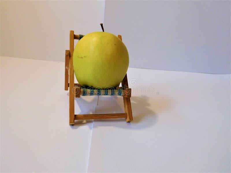 Der kleine Stuhl mit Apfel stockfotos