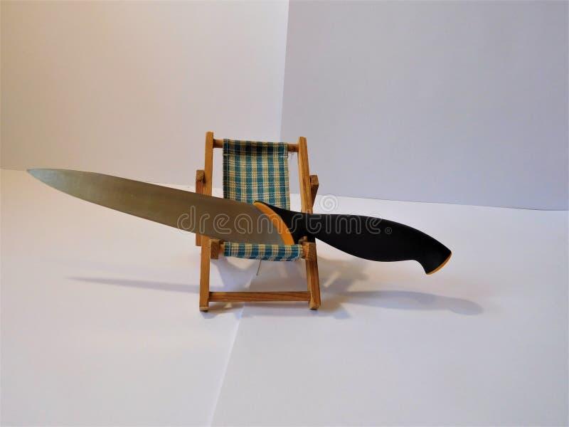 Der kleine Stuhl und das Messer stockfotografie