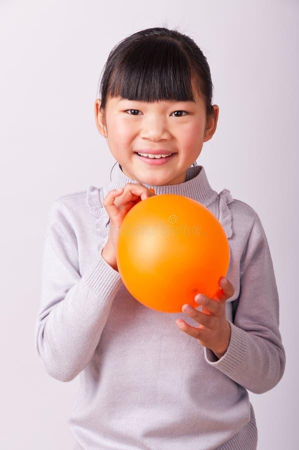 Der kleines Mädchen Griff ein Ballon stockbild