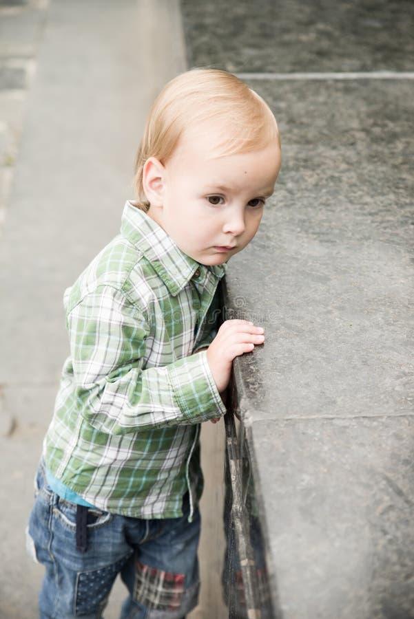 Der Kleinkindjunge stockfotografie