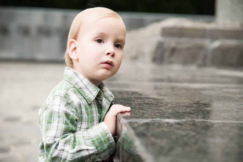 Der Kleinkindjunge lizenzfreie stockfotografie