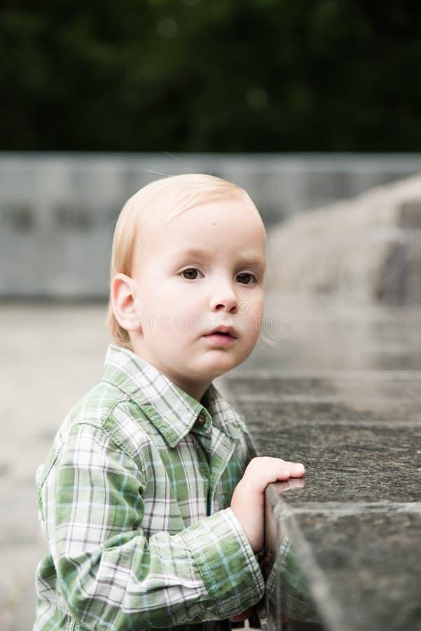 Der Kleinkindjunge lizenzfreie stockfotos