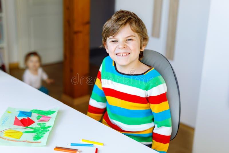 Der Kleinkindjunge, der Papierorigamitulpe macht, blüht für eine Postkarte für Mutter ` s Tag oder Geburtstag mit Kleinkind des k stockbilder