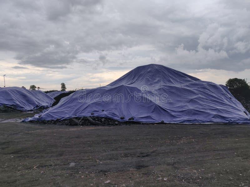 Der Kohlenvorrat wurde durch Planen, Vorbereitungsfracht bedeckt lizenzfreie stockfotografie