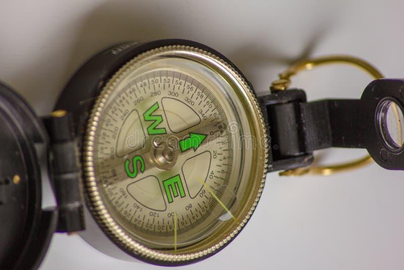 Der Kompass ein wertvolles Werkzeug einmal zu steuern, zeigt es die Weise, die Richtung an w?rde einen Kompass f?r das Leben ben? stockfotos