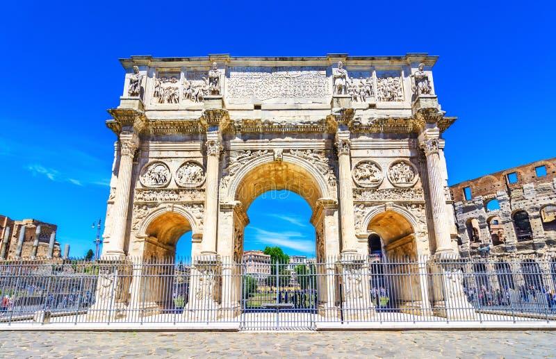 Der Konstantinsbogen und das Colosseum in Rom, Italien lizenzfreie stockfotografie