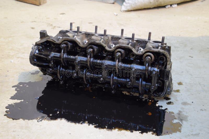 Der Kopf des Blockes der Zylinder Der Kopf des Blockes der Zylinder entfernt von der Maschine für Reparatur Teile im Motoröl Ca lizenzfreie stockfotos