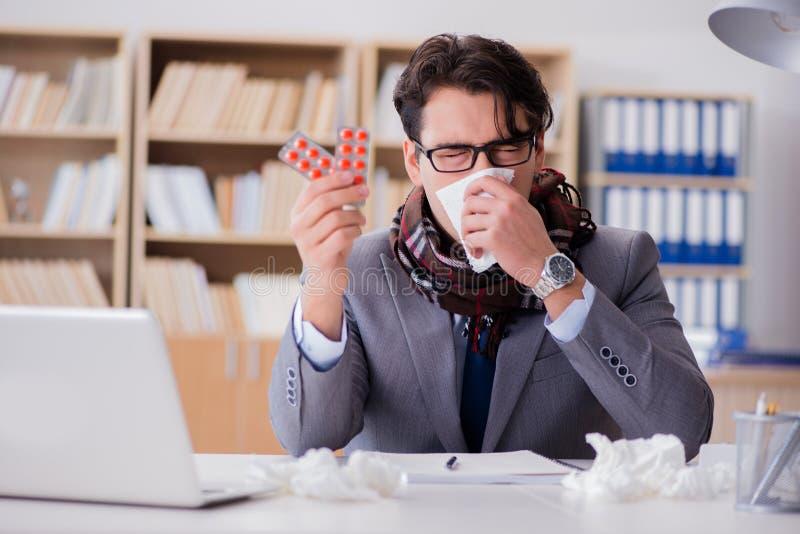 Der kranke Geschäftsmann, der unter Krankheit im Büro leidet lizenzfreie stockbilder