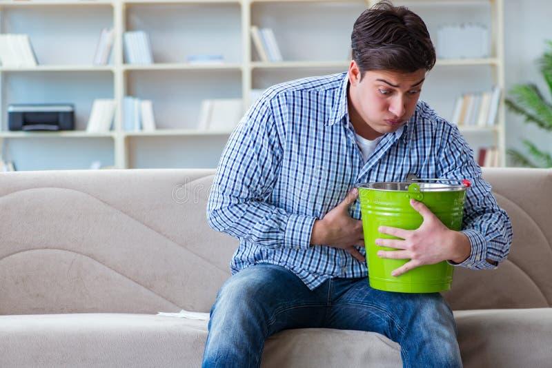Der kranke Mann, der zu Hause unter Infektion und schlechtem Magen leidet stockfotos