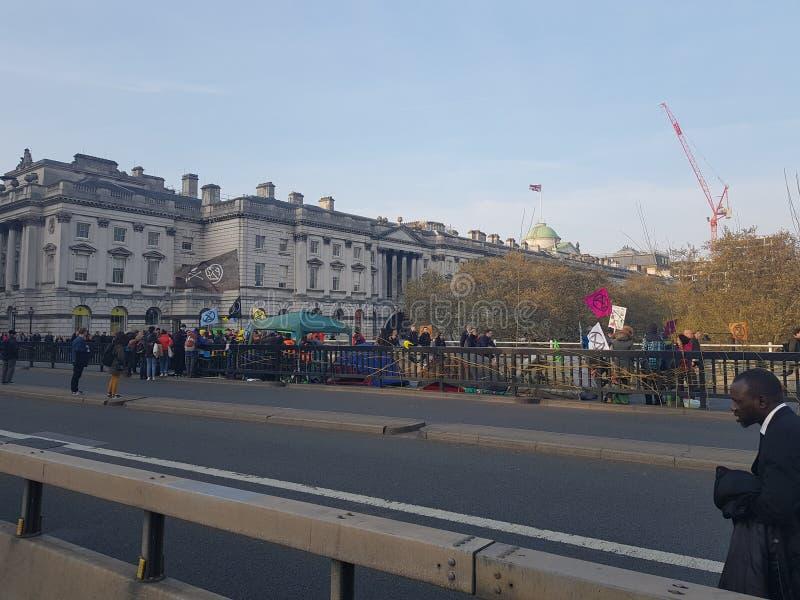 Der Löschungs-Aufstand: Klimaprotestierender in zentralem London stockfotos