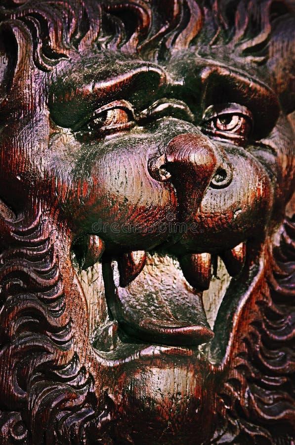 Der Löwe - mittelalterliches hölzernes Schnitzen stockfotos