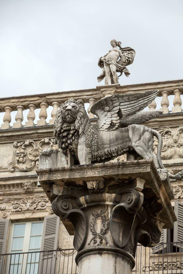 Der Löwe von St- Mark` s symbolisiert die Stadt ` s engen Beziehungen mit Venedig Verona - Marktplatz delle Erbe stockbilder